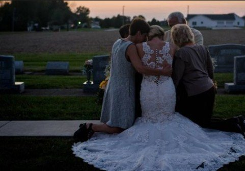 Jessica Padgett takes wedding day photos alone to honour firefighter